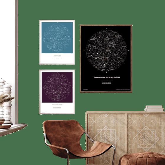Cartes des étoiles accrochées au mur dans un salon